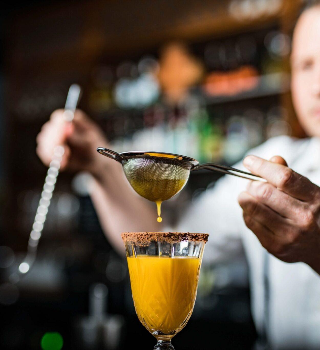 Barkeeper straining Drink / Fotograf Luzern